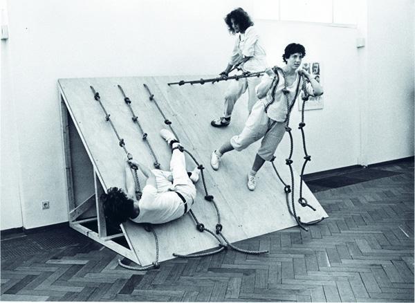 03-HDK-Move-Simone-Forti-Slant-Board-1982-Stedelijk.jpg