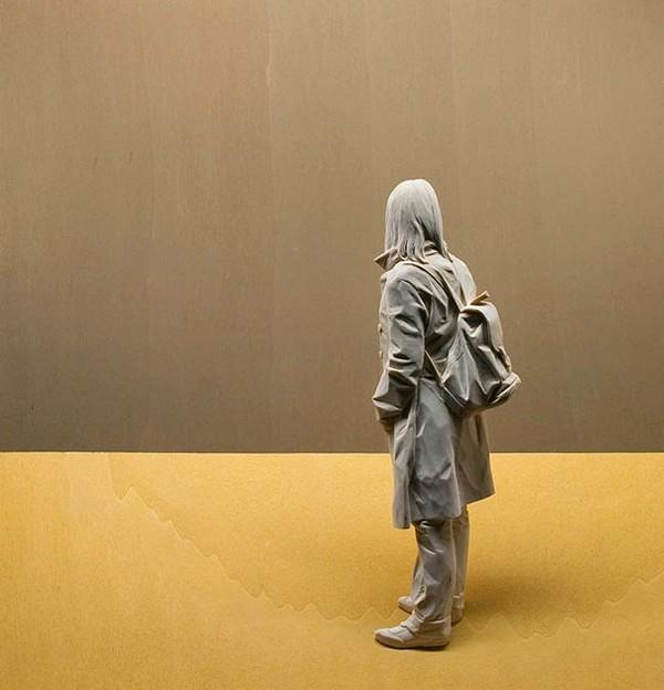 sculpture-woman-backpack.jpg