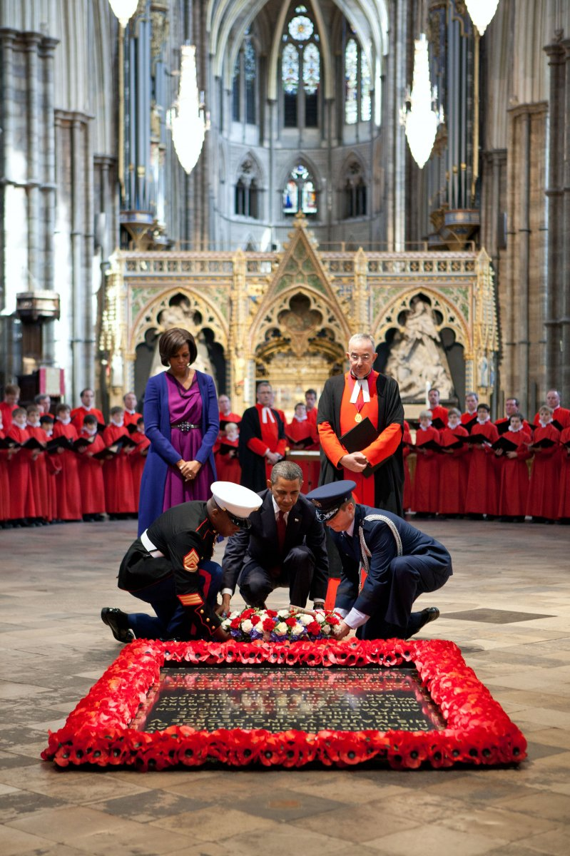 President_Barack_Obama,_assisted_by_members_of_the_U.S._military,_lays_a_wreath_at_the_Grave_of_the_Unknown_Warrior_at_Westminster_Abbey_in_London,_England,_May_24,_2011.jpg