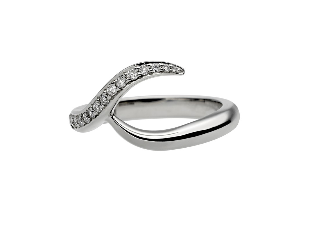 I think this is genius, this idea is really attract me. each one is unique and represents the truth love. I really love this idea.the Entwined collection celebrates the inspirational essence of modern romance in uniquely handcrafted interlocking engagement rings and bridal adornments.