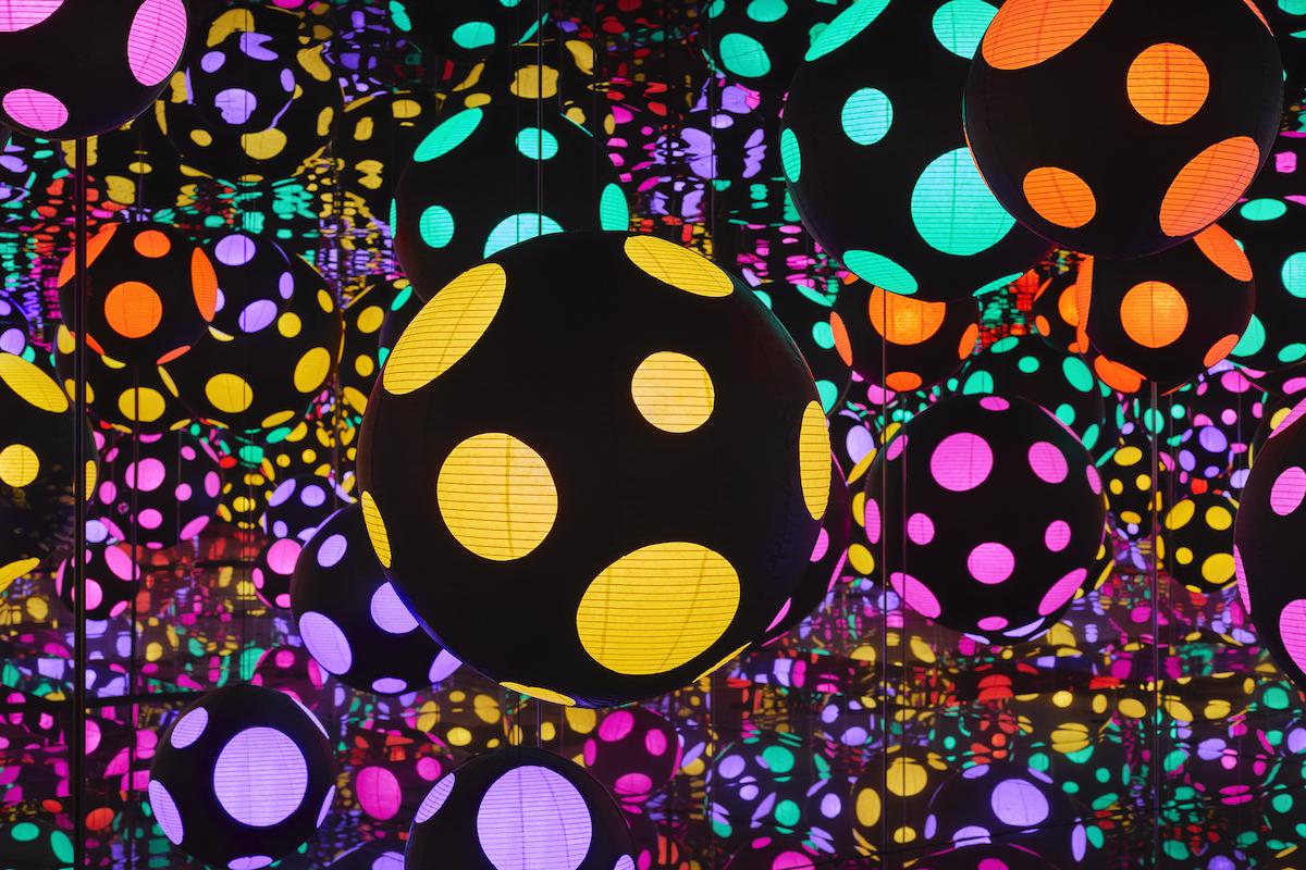 KUSA1110_INFINITY-MIRRORED-ROOM-MY-HEART-IS-DANCING-INTO-THE-UNIVERSE_2018-Jack-Hems-c.jpg